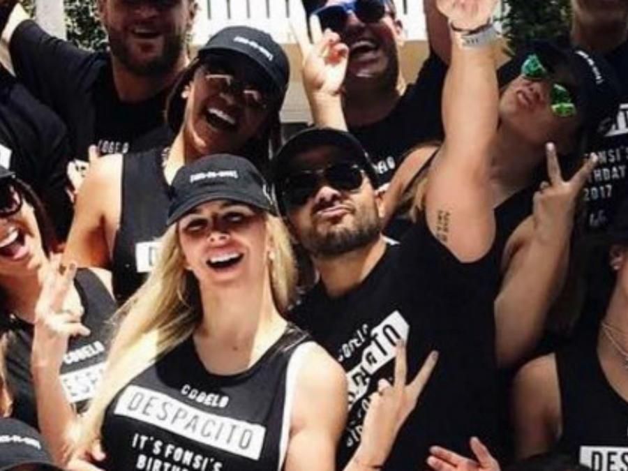 Luis Fonsi y su esposa en la fiesta de cumpleaños del cantante