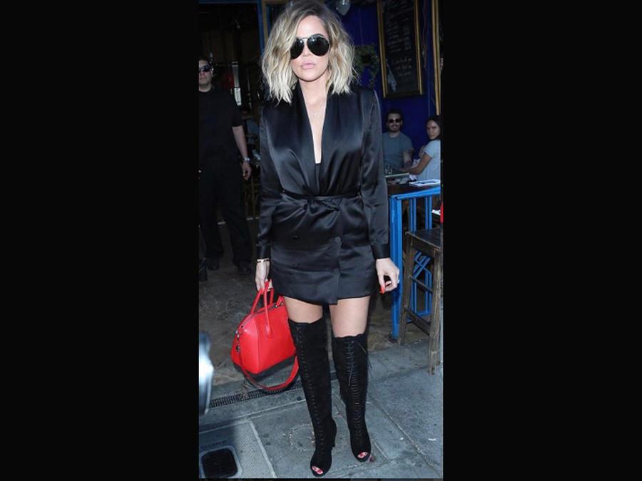 Khloé Kardashian con minivestido negro, en Los Ángeles