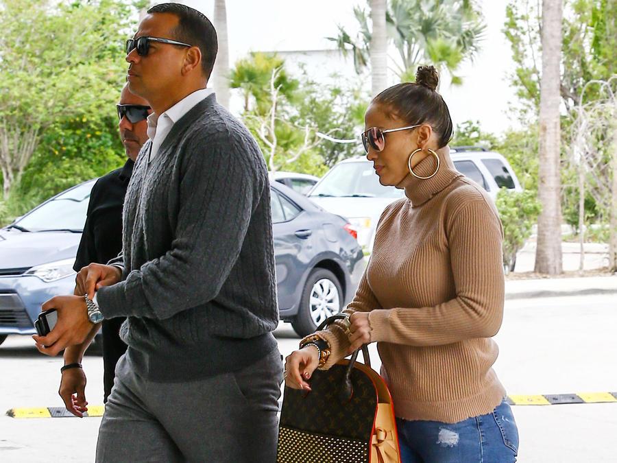 Alex Rodriguez y Jennifer Lopez en el aeropuerto de Miami