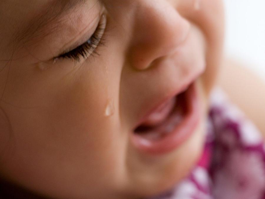 Bebé llorando con lágrimas en las mejillas