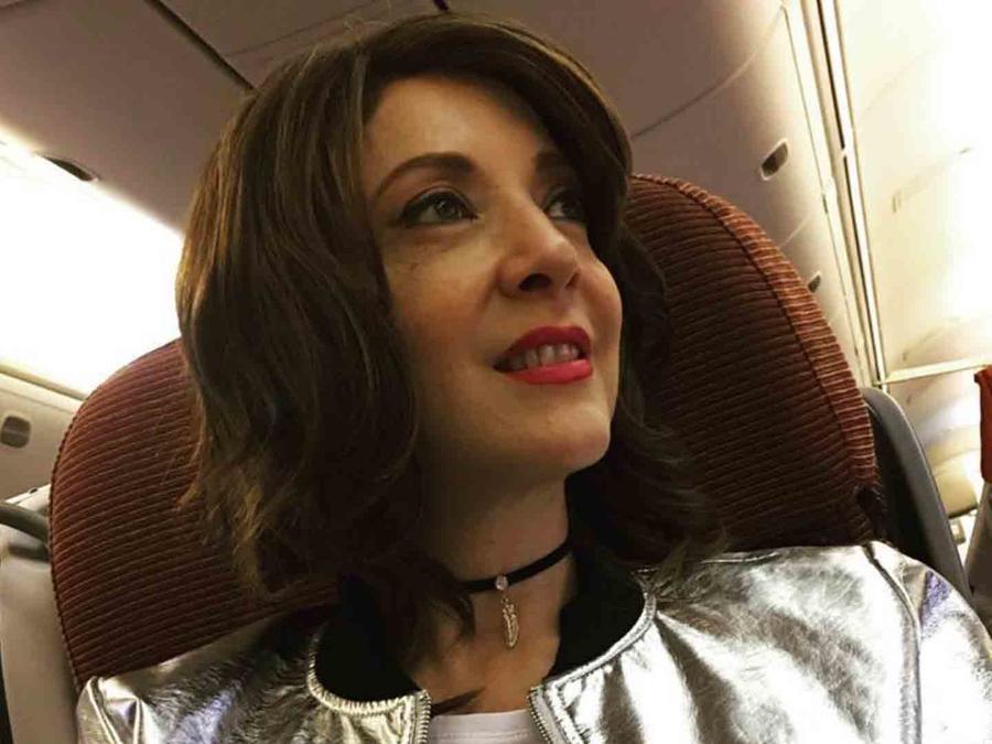 Edith Gonzalez en un asiento de avión