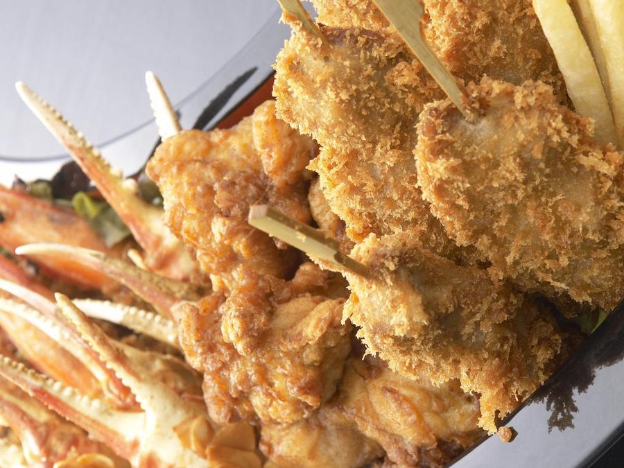 Platillo de kushikatsu y papas fritas