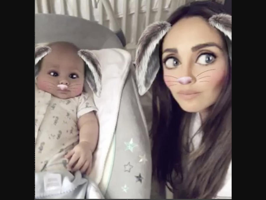 Anahí y su hijo Manuel haciendo Snapchat