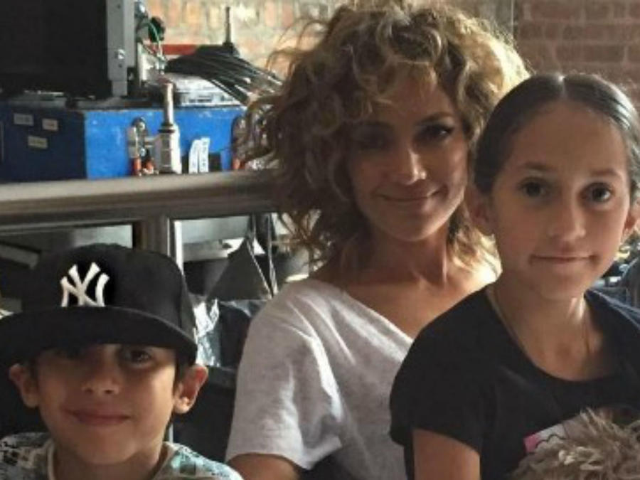 "Jennifer Lopez y sus hijos en el set de ""Shades of Blue"""