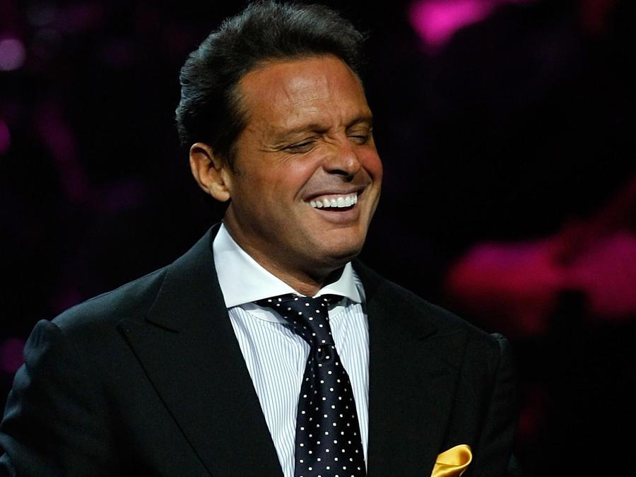 Luis Miguel sonriendo