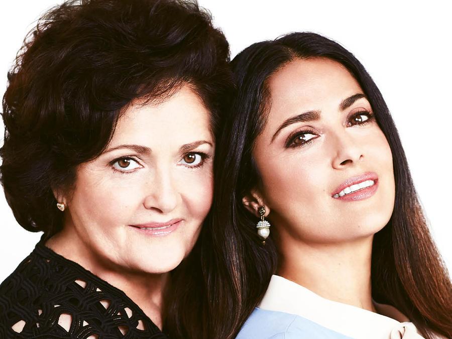 Salma Hayek en la portada de la revista HOLA! junto a su madre