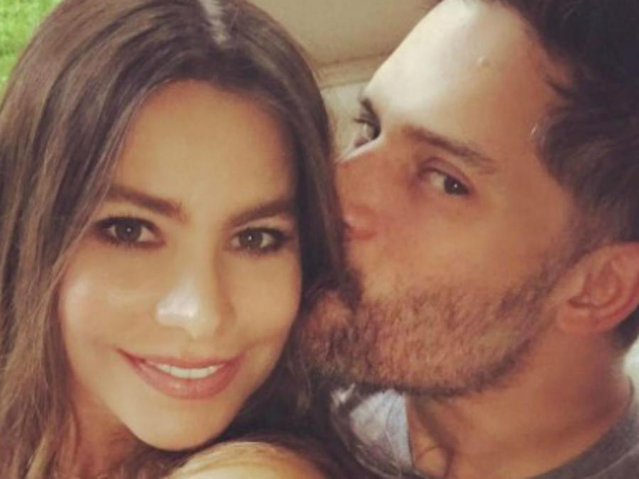 Sofia Vergara y Joe Manganiello tomándose una selfie