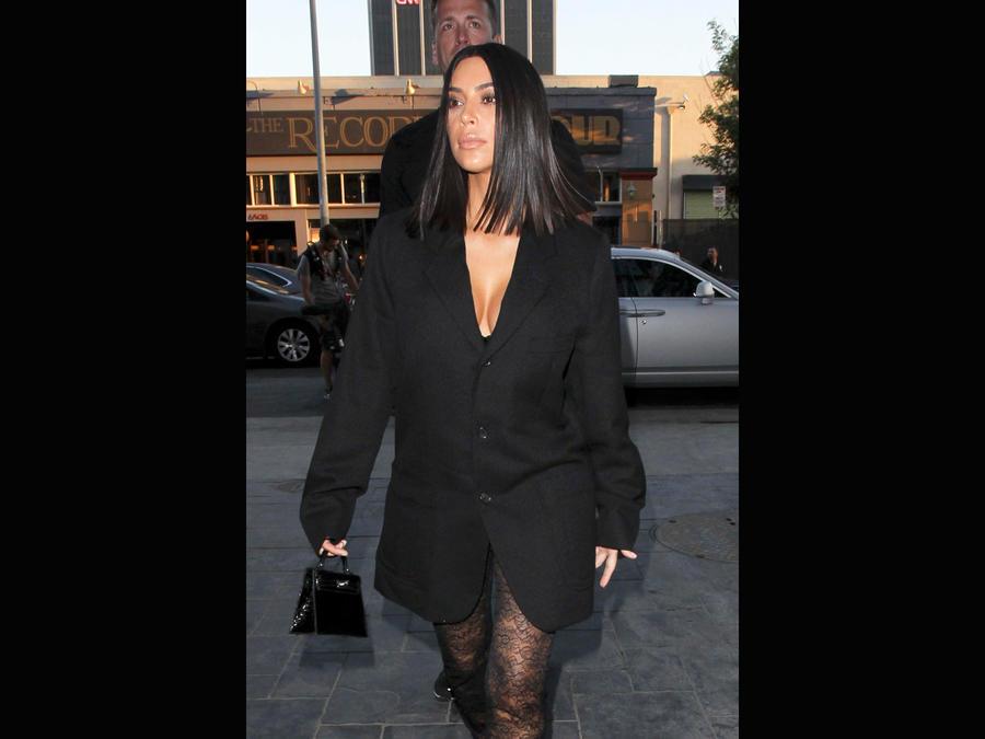 Kim Kardashian caminando