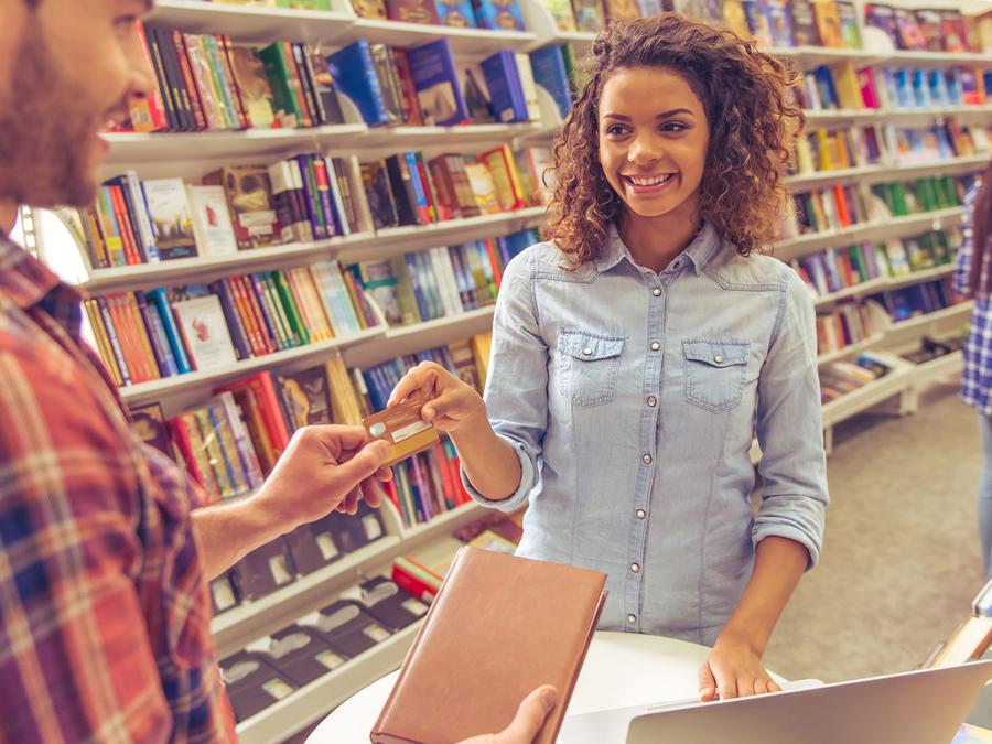 Estudiante universitaria paga con tarjeta
