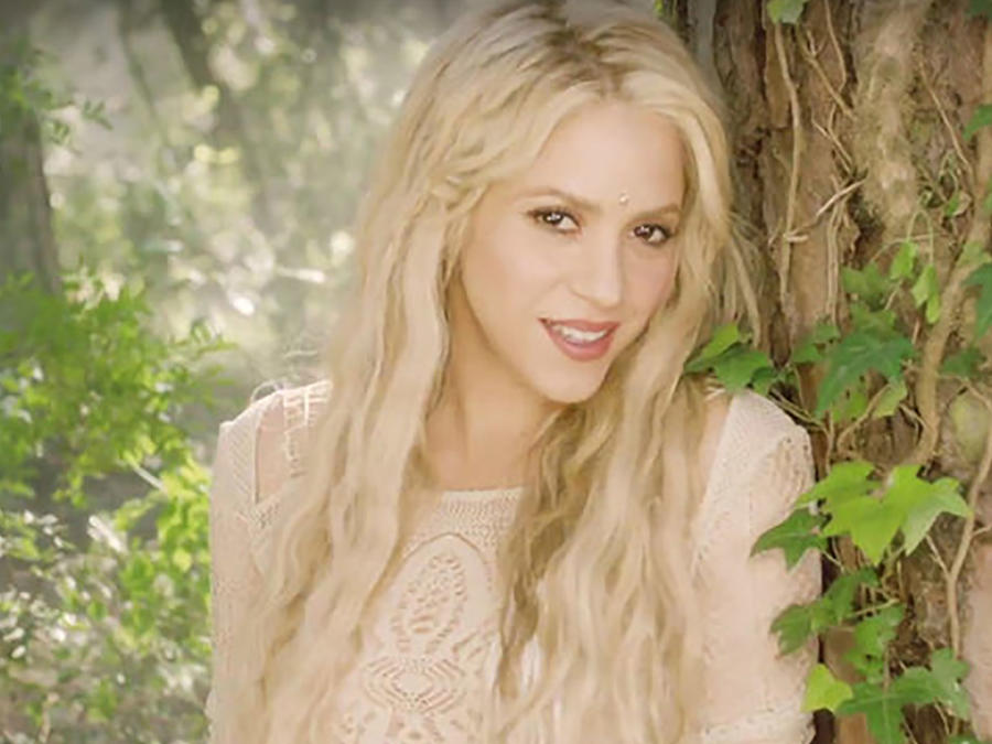 "Shakira en el video ""Me Enamore"""