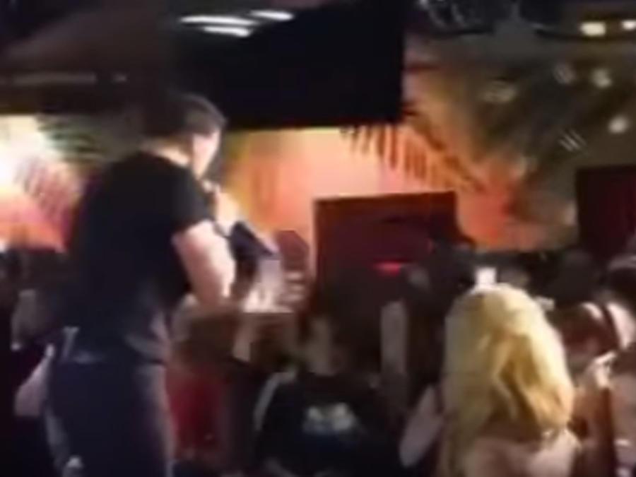 Luis Fonsi cantando en concierto