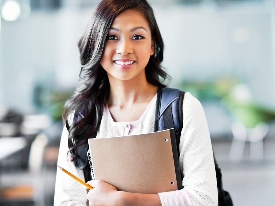 Estudiante universitaria con cuaderno