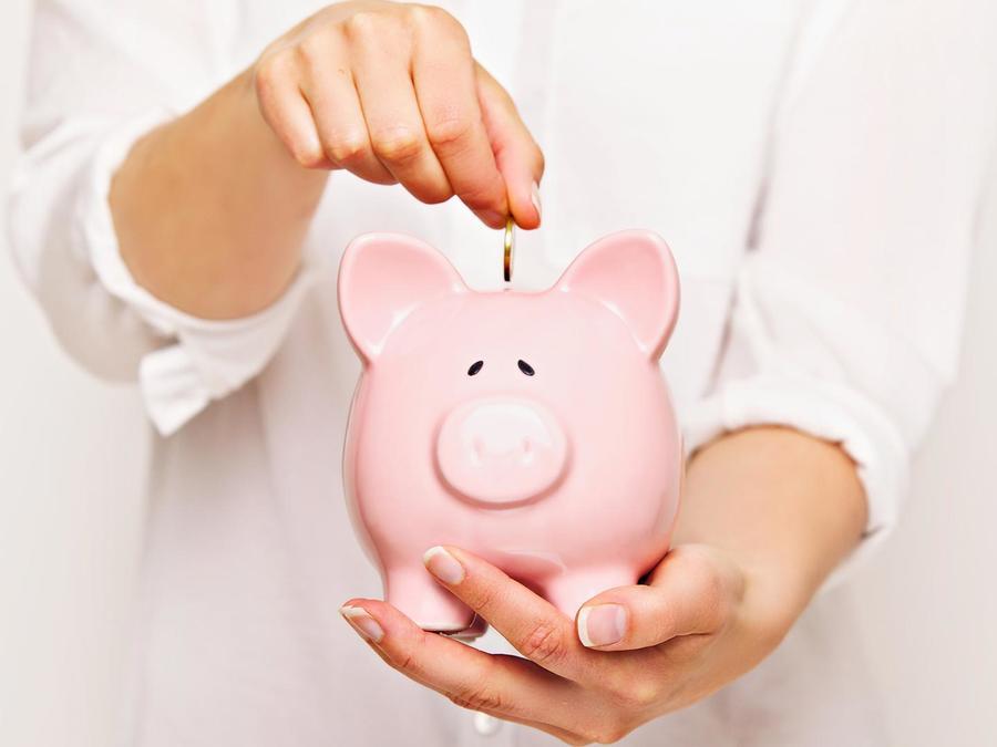 Mujer ahorrando dinero en una alcancía