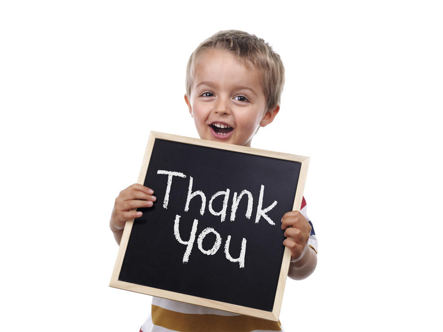"Niño sosteniendo cartel que dice ""thank you"""