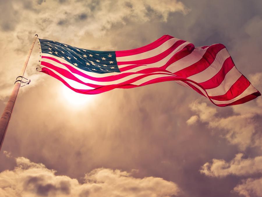 Bandera de Estados Unidos con cielo de fondo