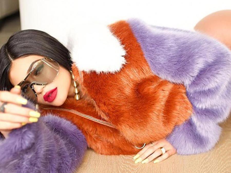 Kylie Jenner acostada en el suelo