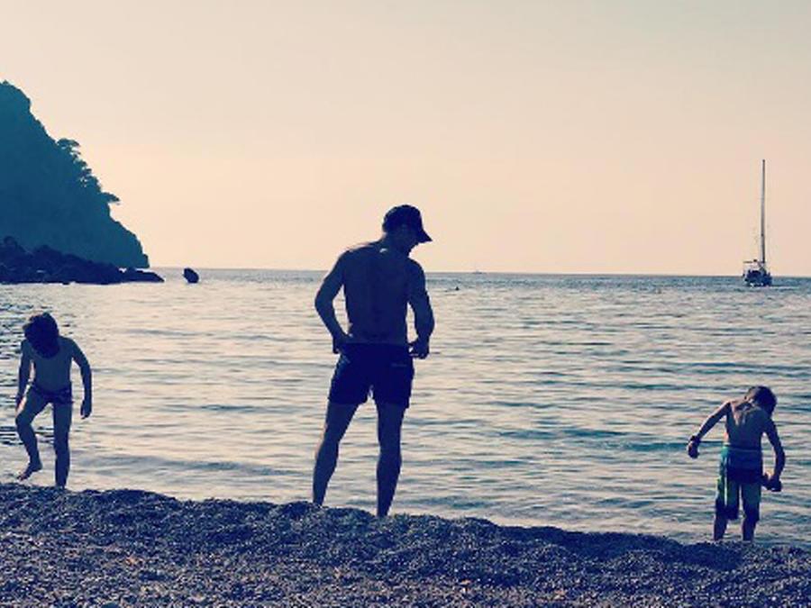 Ricky Martin y sus hijos en la playa