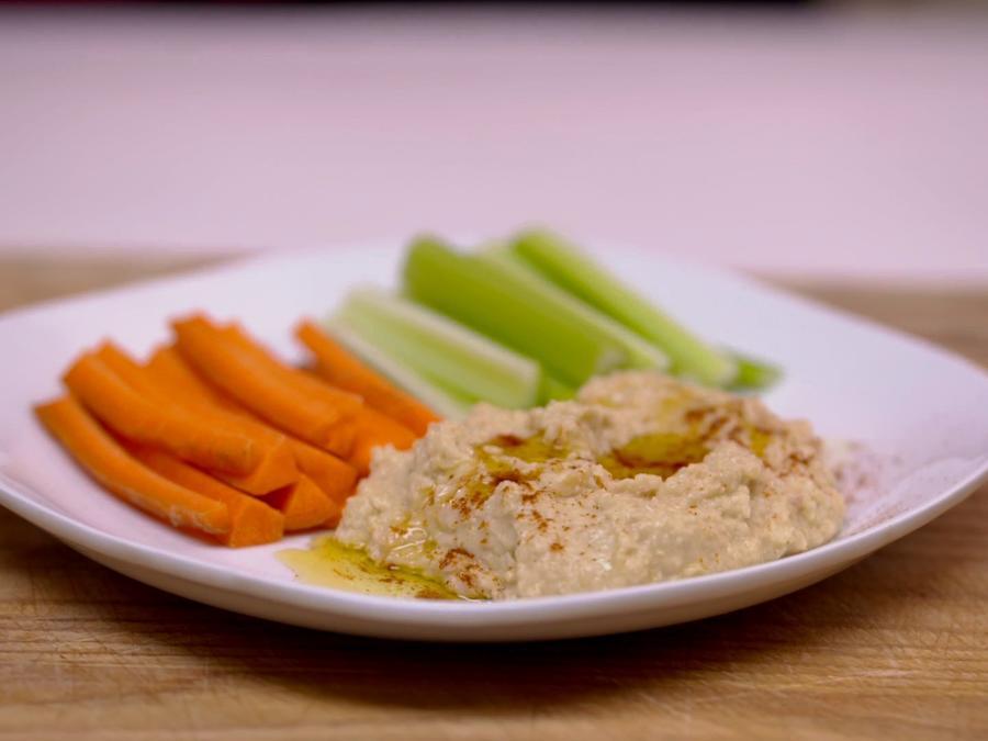 Hummus con bastones de vegetales crudos