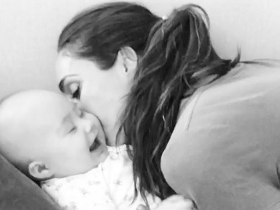 Anahí con su bebé Manuel