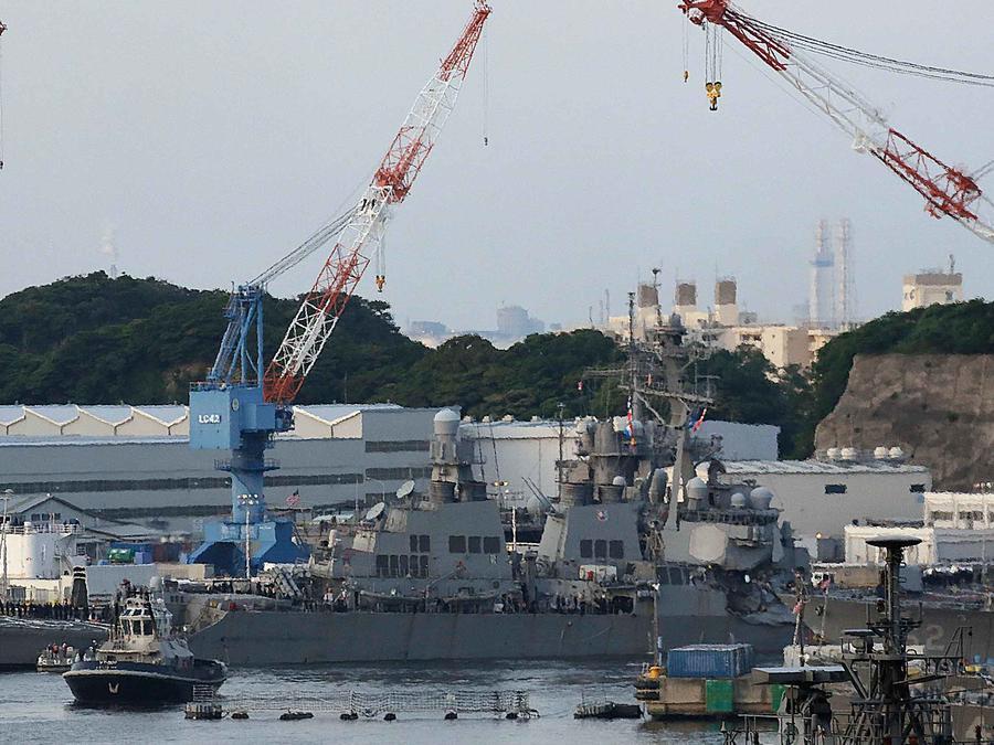 Destructor USS Fitzgerald de EEUU en costas de Japón tras colisión