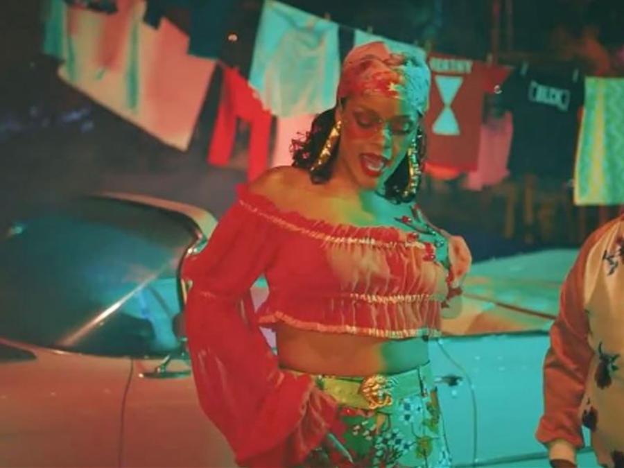 Rihanna se olvida del bra y muestra sus pezones