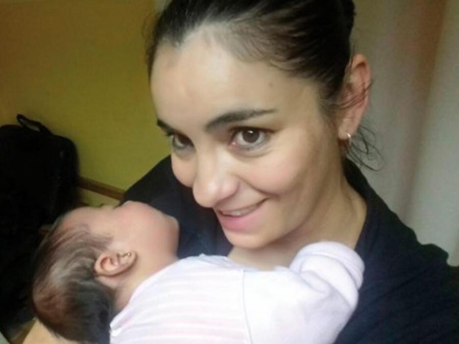 María Quijón con una bebé en los brazos