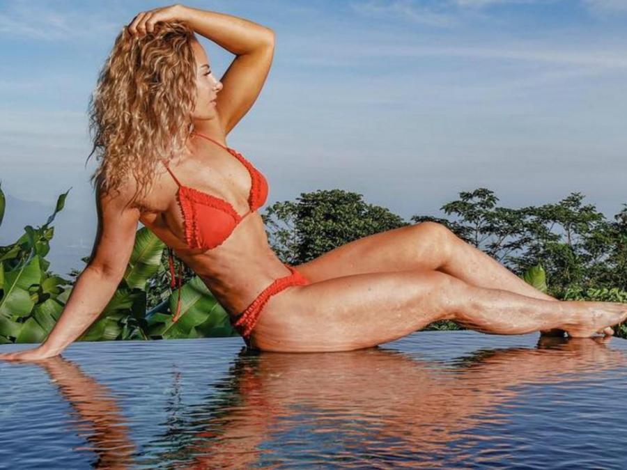 Rebecca Burger posando en una piscina