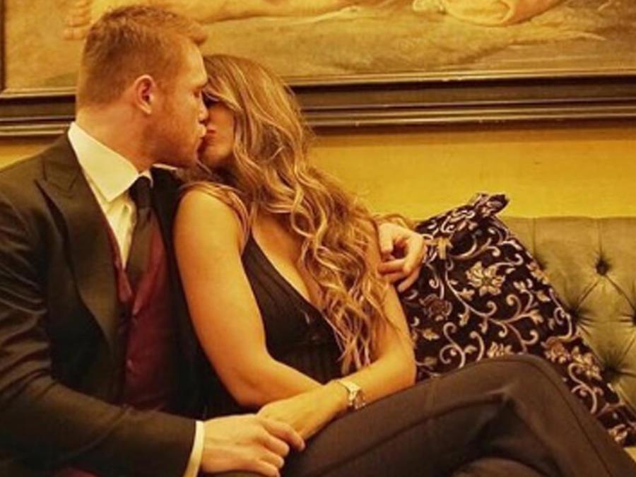 "Saúl ""Canelo"" Álvarez y Shannon de Lima besándose en un sofá"