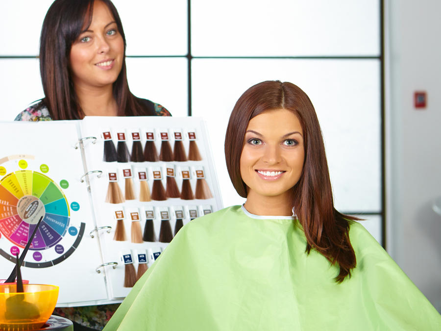 Mujer en un salón de belleza eligiendo un tinte para el cabello