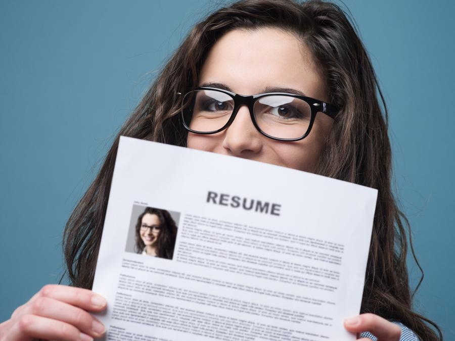Chica con anteojos sosteniendo su CV