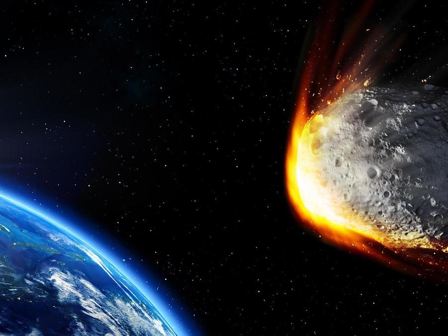 Asteroide viajando hacia la Tierra