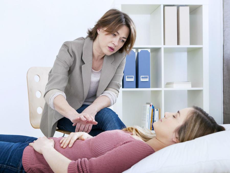 Doctora hipnotizando a una paciente
