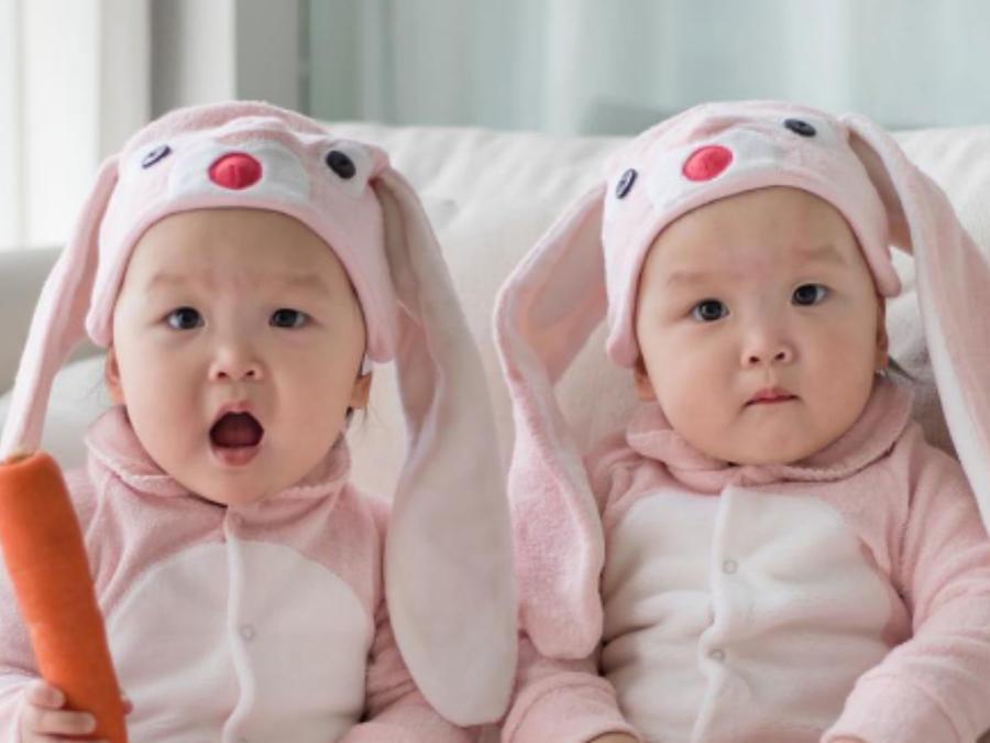 Gemelas bebes disfrazadas de conejitos rosas