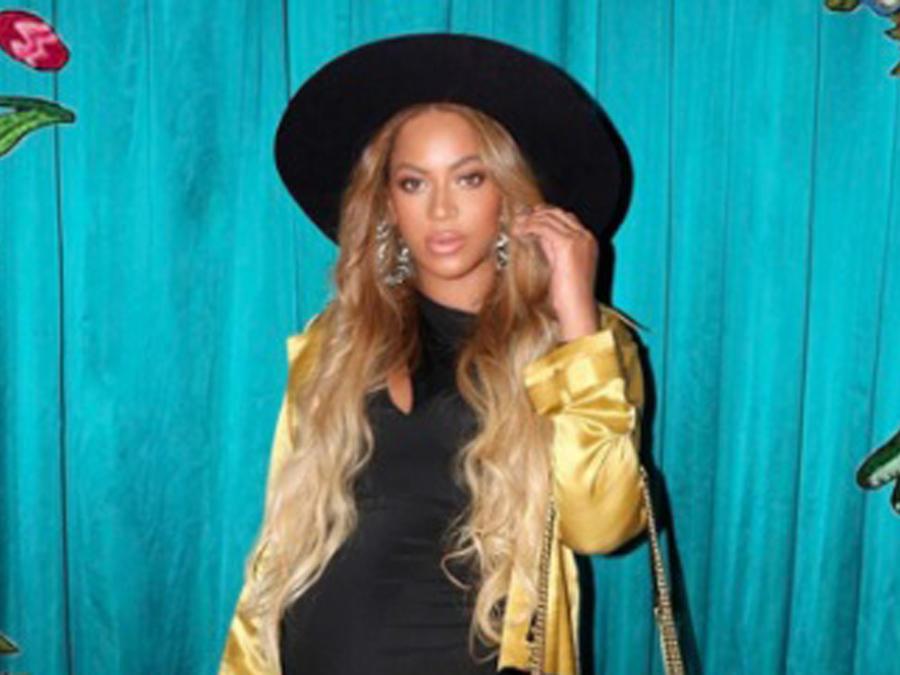 Beyoncé con sombrero negro
