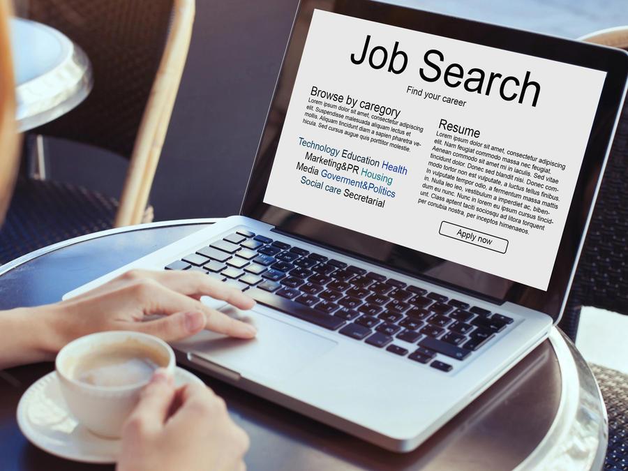 Mujer en café buscando empleo
