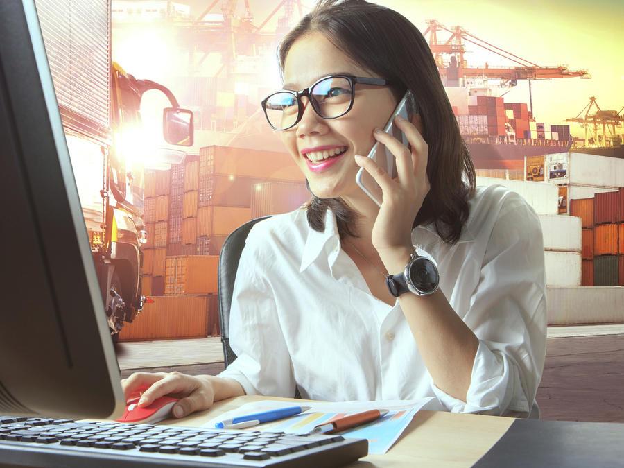 Mujer trabajando en una empresa de importación y exportación