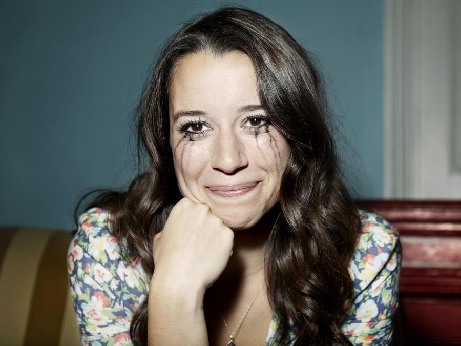 Mujer llorando y sonriendo al mismo tiempo