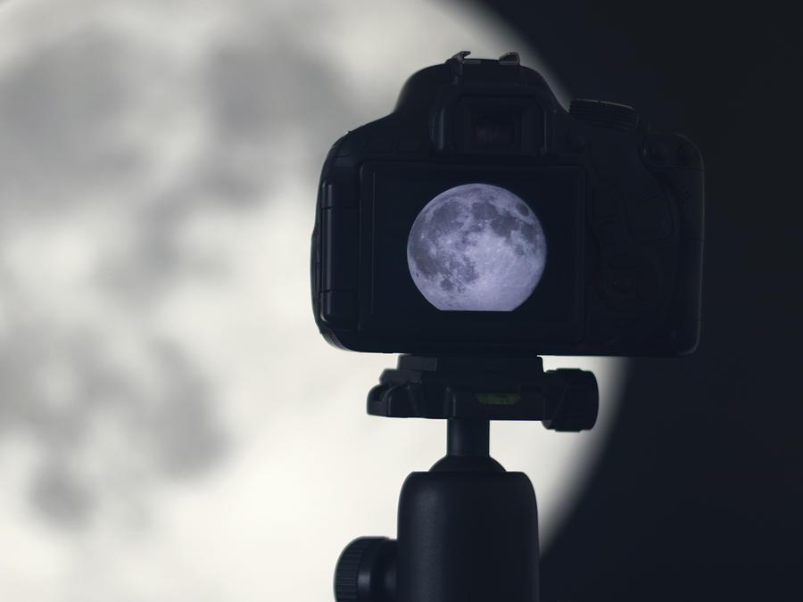 Cámara grabando la luna