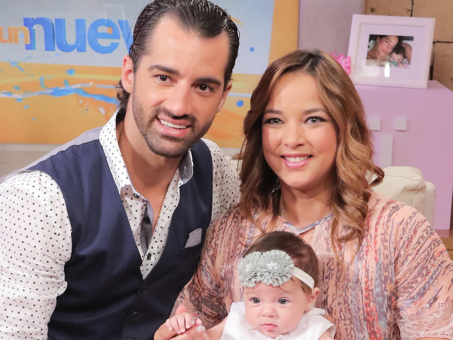 Toni Costa y Adamari López con su hija Alaïa