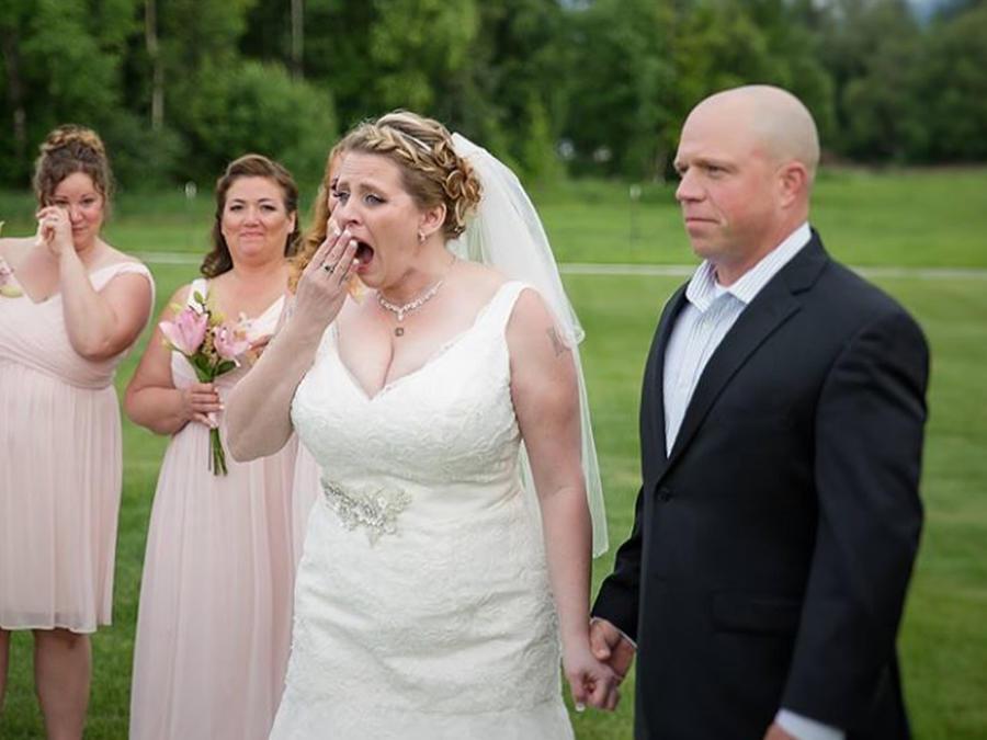 Becky Turney tomando la mano de su cuñado