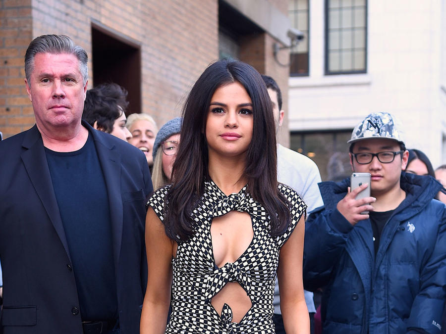 Selena Gomez caminando rodeada de gente