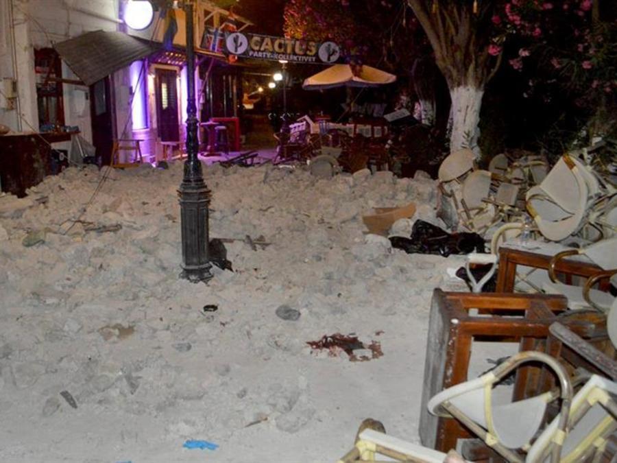 Imagen del exterior de una cafetería cubierta por escombros como consecuencia de un terremoto de 6,4 grados de magnitud en la escala de Richter en la isla griega de Kos.