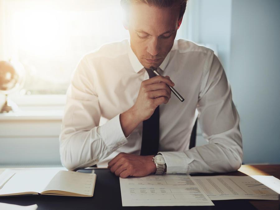 Hombre serio trabajando con documentos