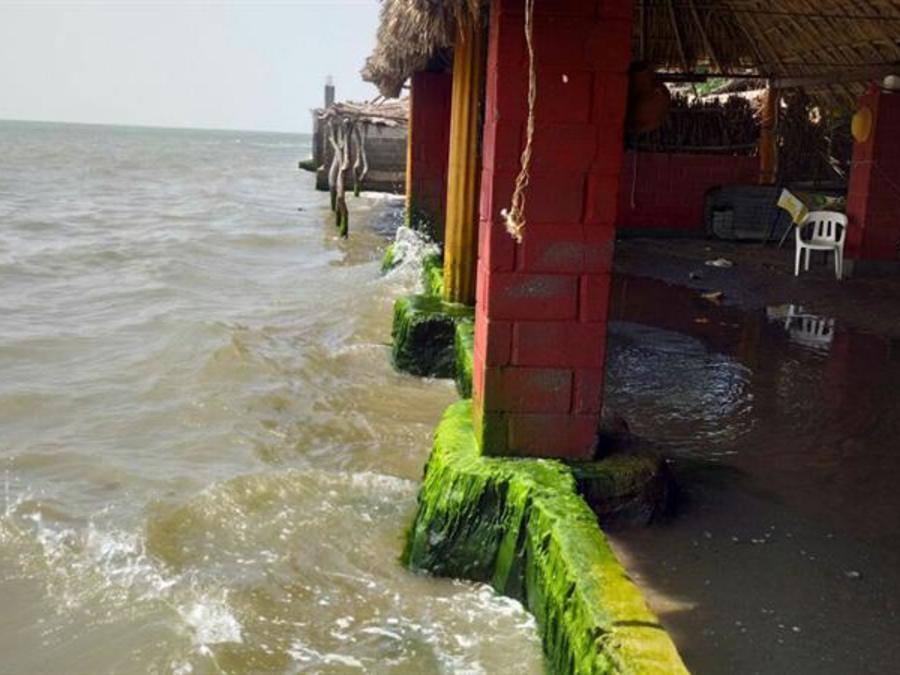 Fotografía de los daños en restaurantes de playa Vicente, en el estado de Oaxaca (México) el lunes 24 de julio de 2017, por el paso de la tormenta tropical Hilary.