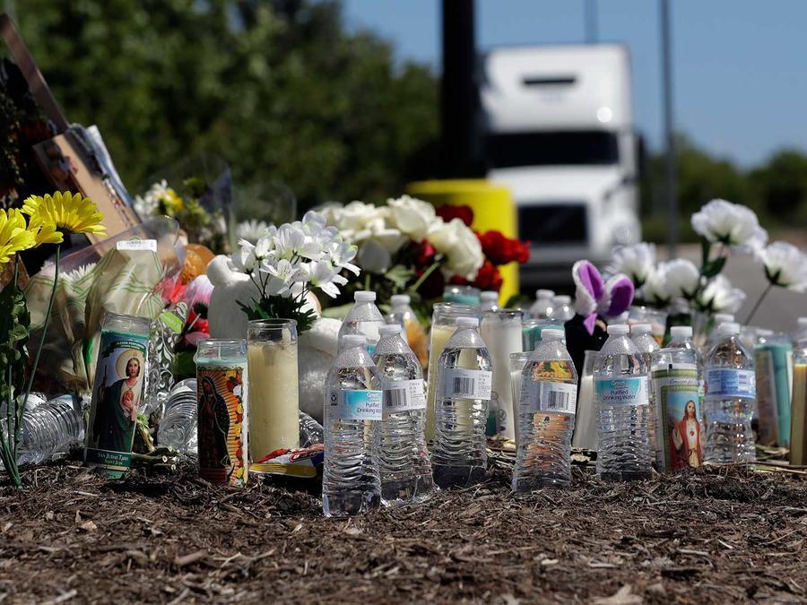 Altar improvisado por las 10 víctimas del camión de San Antonio, Texas. Transeúntes han dejado botellas de agua ya que las víctimas murieron encerradas en el remolque bajo altas temperaturas el domingo 23 de julio del 2017.