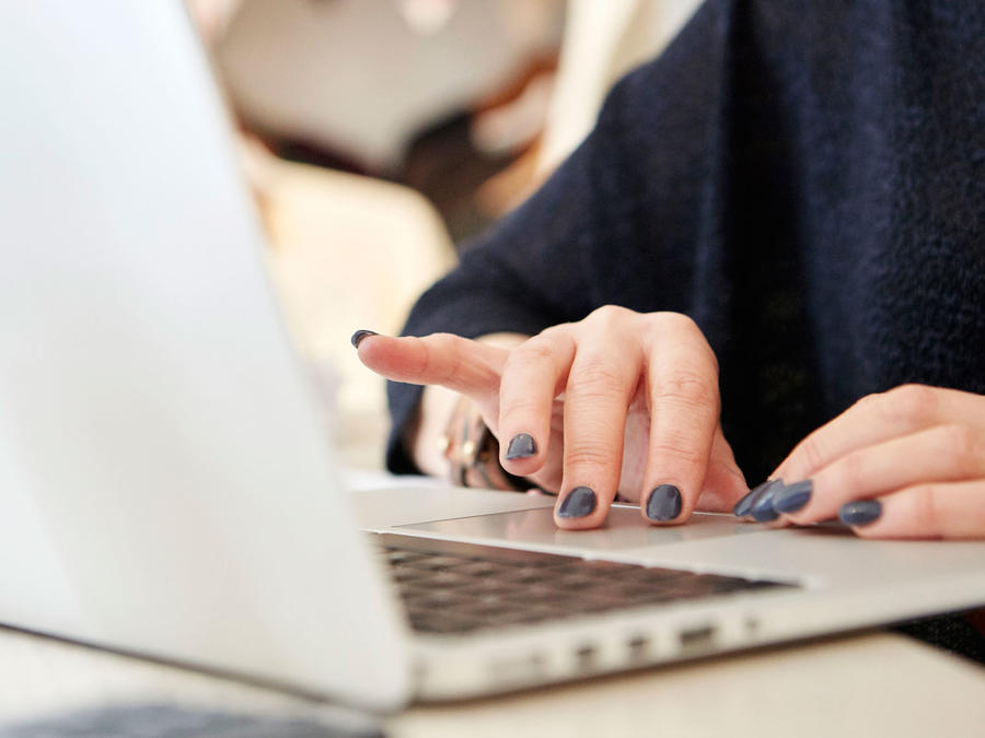 Mujer en el computador
