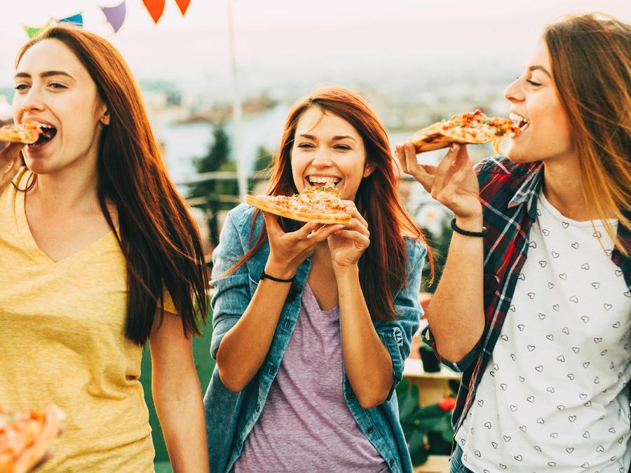 Chicas comiendo pizza