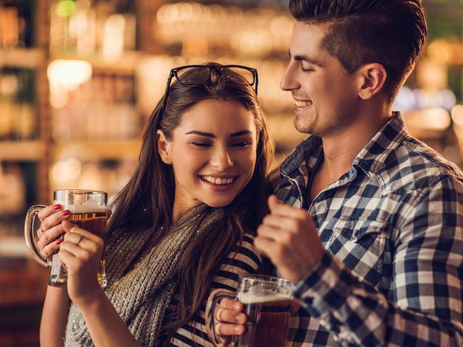 Pareja bebiendo cerveza en un bar