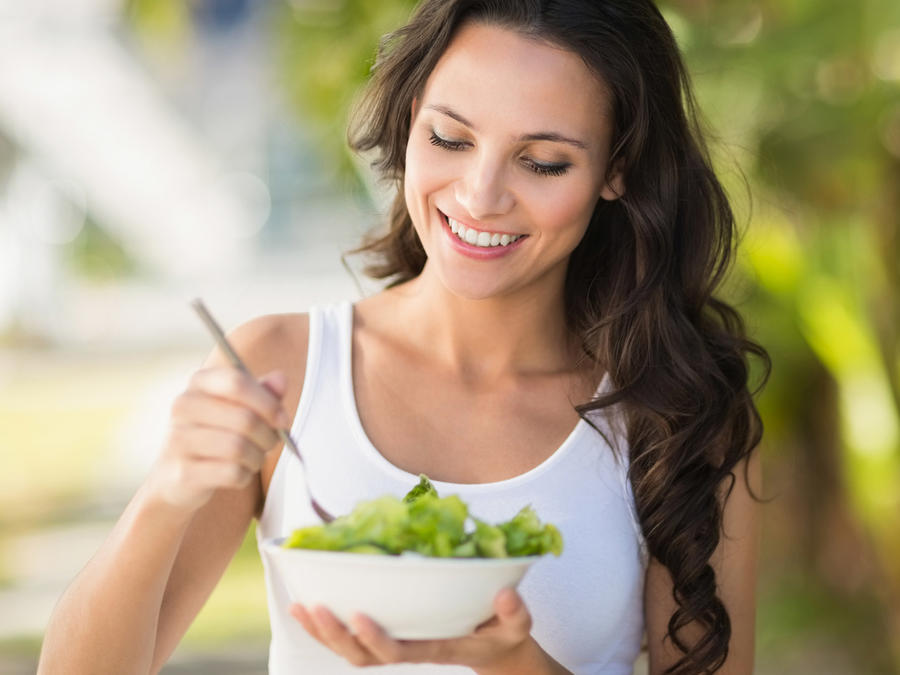 Mujer morocha comiendo ensalada