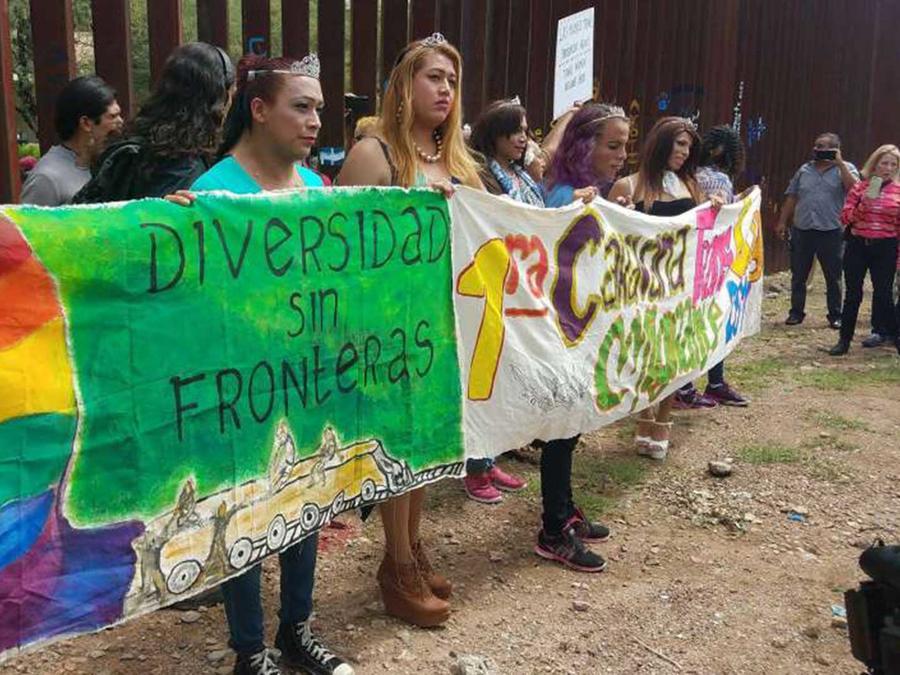 """Primera caravana """"trans gay migrante"""" se entrega a patrulla fronteriza de EEUU pidiendo asilo"""